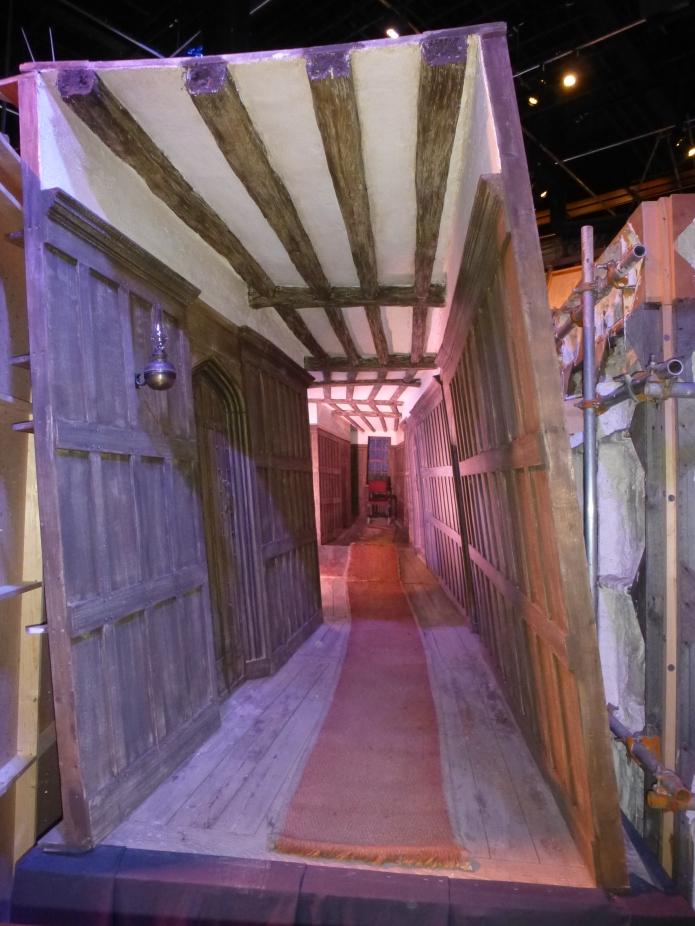 коридор между пъба и училището от където Хари влиза в Хогуортс в 7 книга(1)